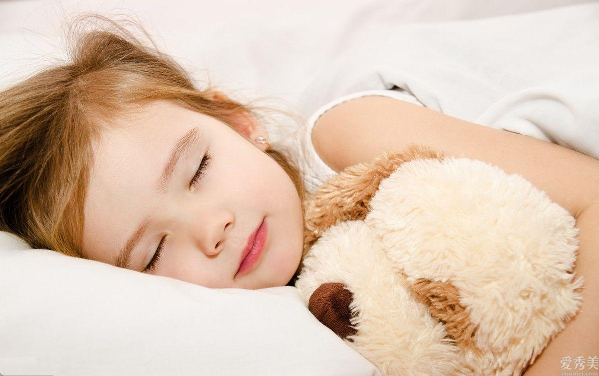 秋初季節孩子入睡,為什麼孩子入眠雙手在外面呢?父母要掌握