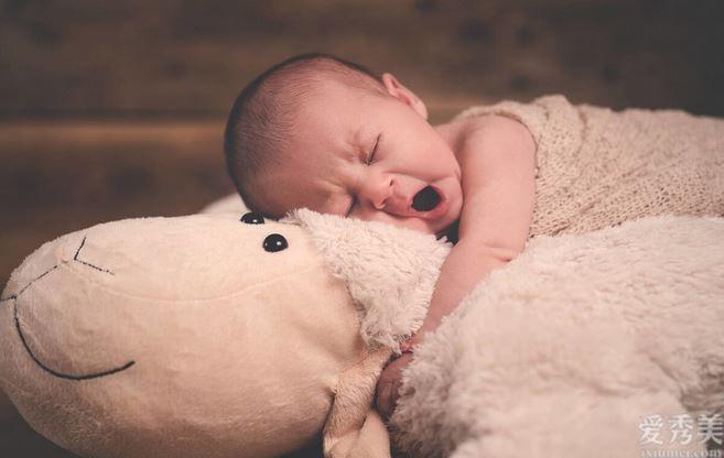 各年齡段寶寶每天要睡多久?傢中孩子睡夠瞭嗎?