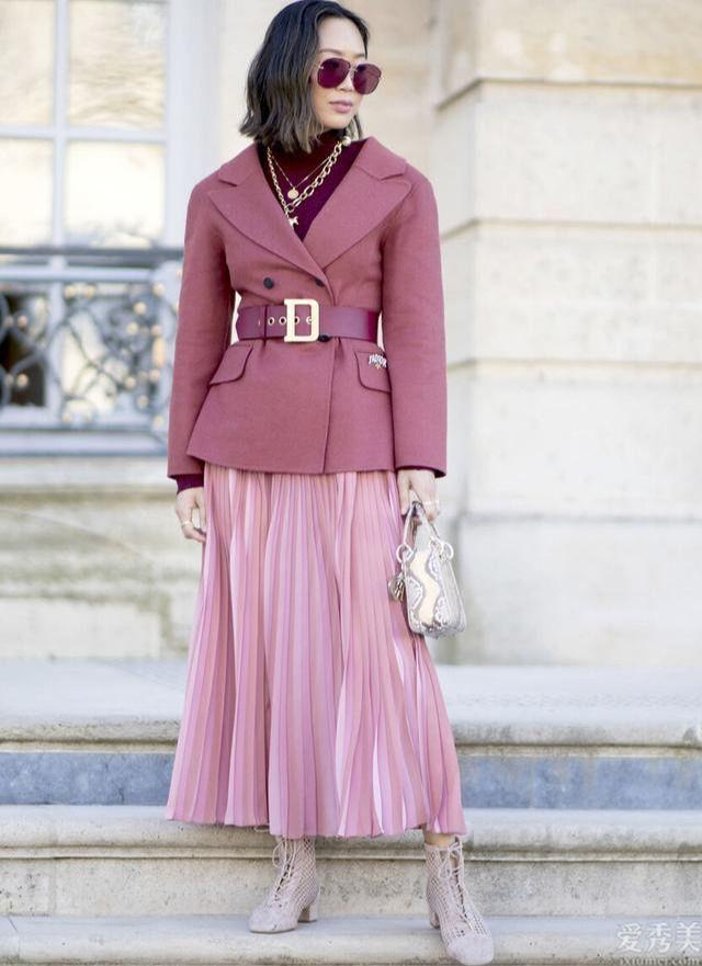 """秋初流行一種穿法,叫""""西裝+百褶裙"""",顯瘦有氣質、網絡紅人都是會穿"""