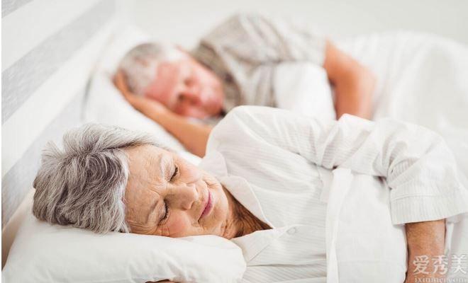 """得瞭高血壓,老是睡不大好?4個原因在""""搗鬼"""",的確不容小覷"""
