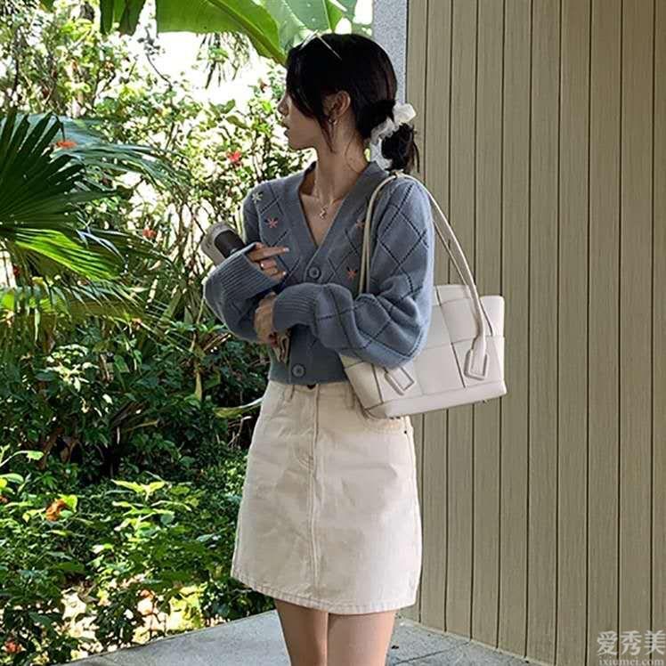"""中年女人如何穿出""""科技感""""?建議掌握3種顏色搭配方法,清雅又大氣"""