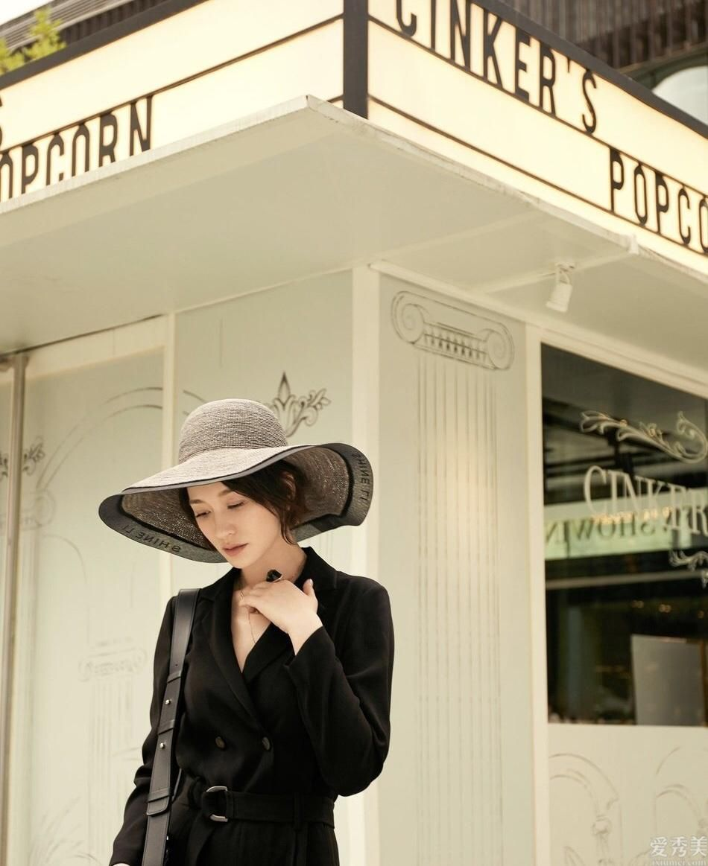 李小冉真會穿衣搭配!服裝一襲黑色西服女裙氣場開全顯年輕時尚潮流,美呆瞭