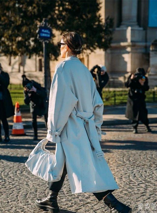 """雙肩背包落伍瞭!目前時興的是""""雲朵包"""",好搭又時尚潮流還高級"""