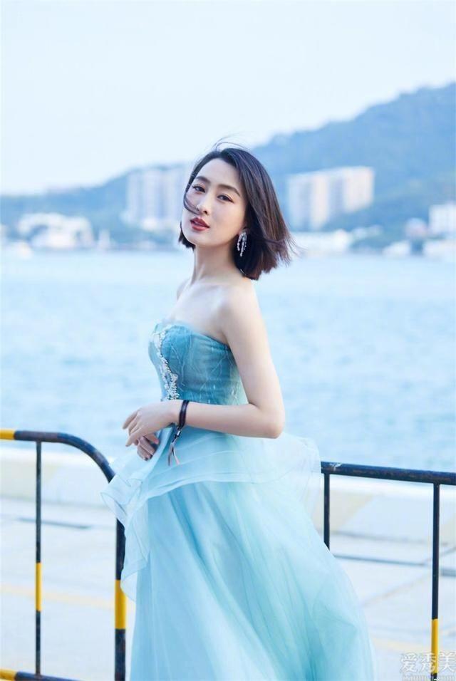 馬蘇首飾配搭非常減齡,氣質穿衣搭配十分醒目,39歲仍然青春年少時尚潮流