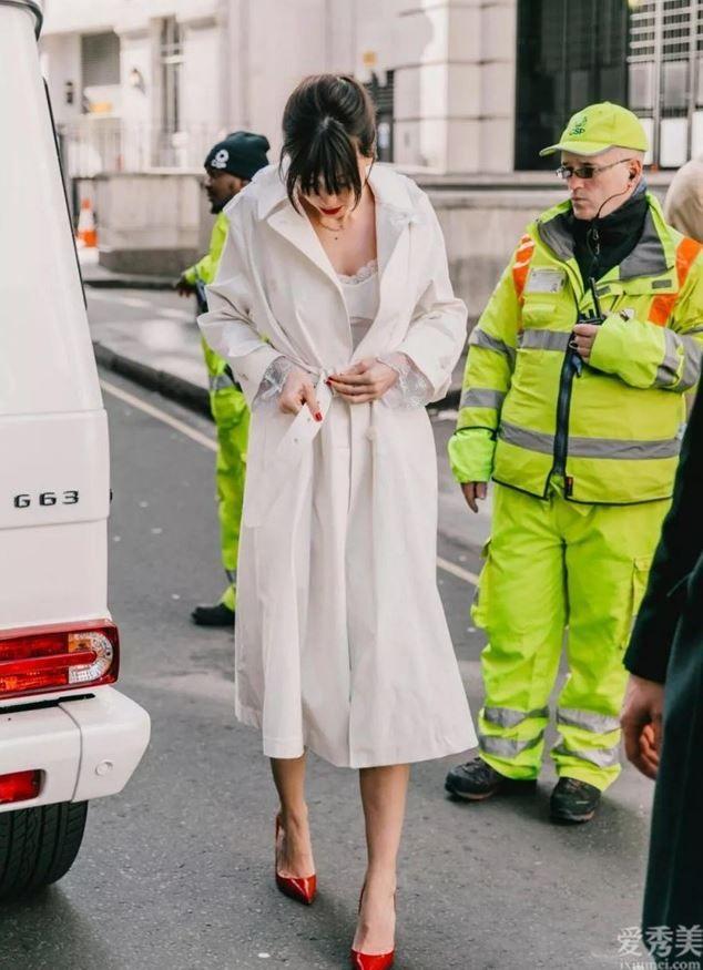 """今秋爆紅一種穿法,叫""""風衣+半身裙"""",那麼穿氣質又高級,很美"""
