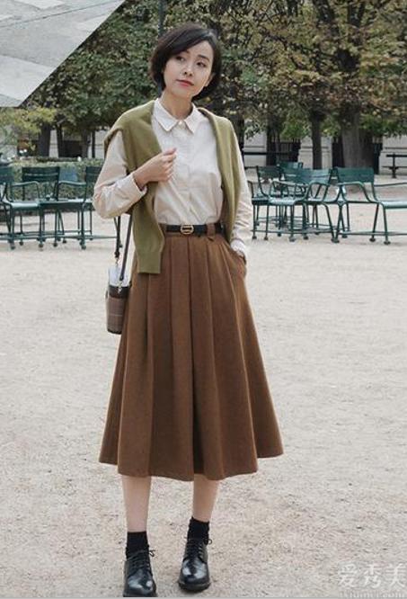 """配色穿搭到底有多重要?看時尚達人的""""大地色""""穿搭,清雅顯高級"""