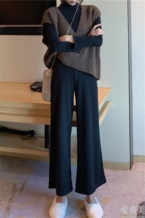 """秋初闊腳褲再度風靡,時興""""小高領衫+闊腳褲"""",潮流趨勢又顯瘦"""