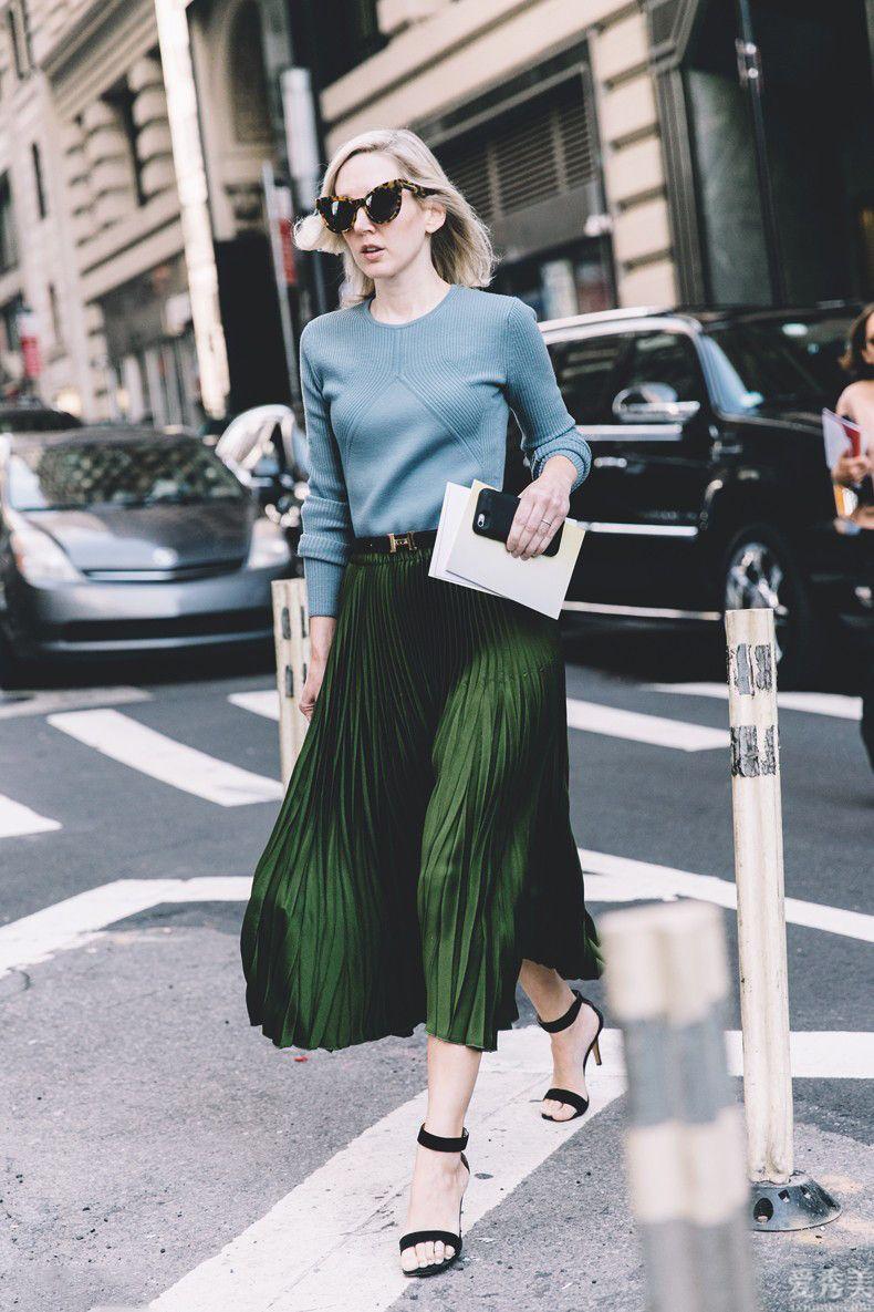 大粗腿的小姑娘冬天別穿牛仔褲,更換百褶長裙,配搭毛線衣顯瘦又氣質