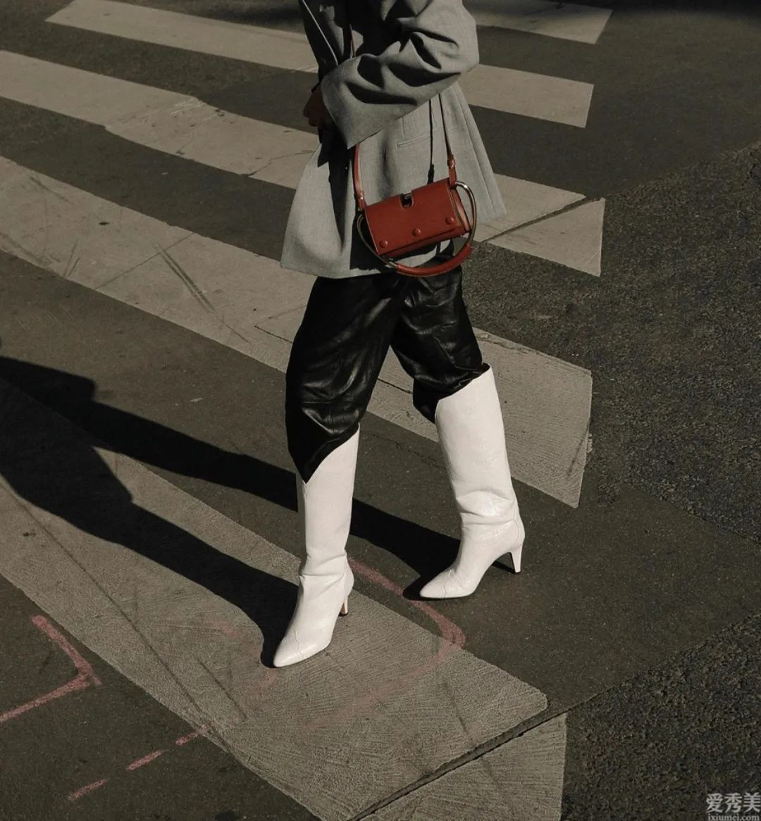 仍在穿白運動鞋?這一冬季,不如試一下這3雙皮靴,潮流趨勢好搭又顯修長美腿
