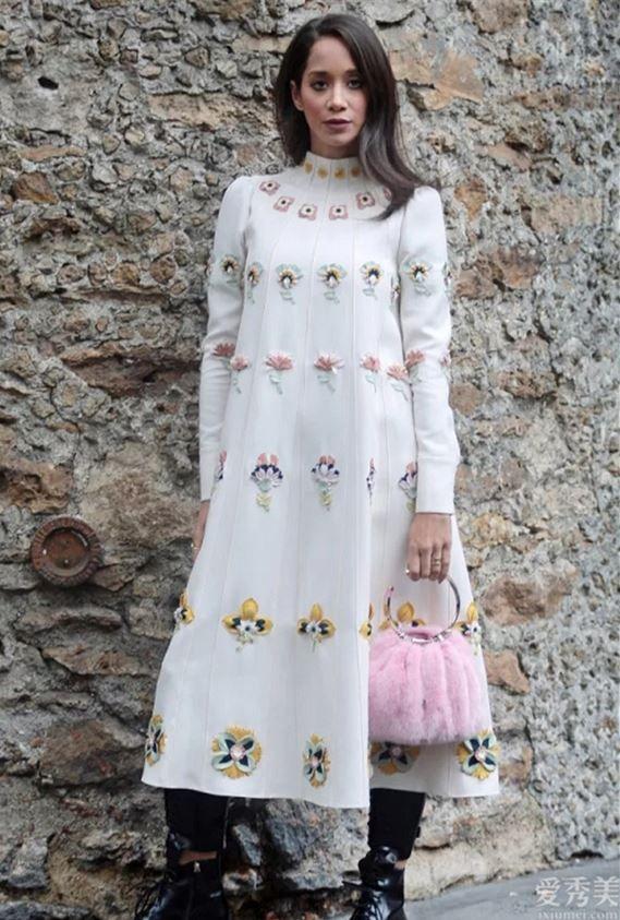 """時尚潮流就是要快人一步,冬初沒有一款""""毛絨包""""可惜瞭,怎樣搭都美"""