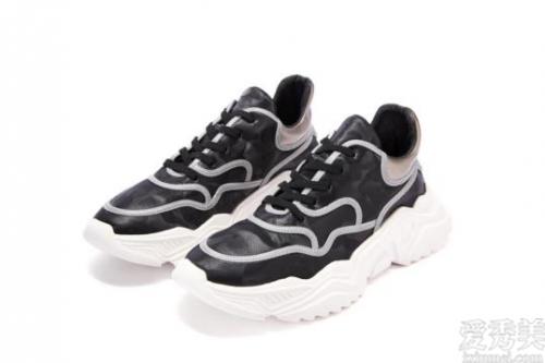 英國Vetements新推出夜光線條機能運動鞋