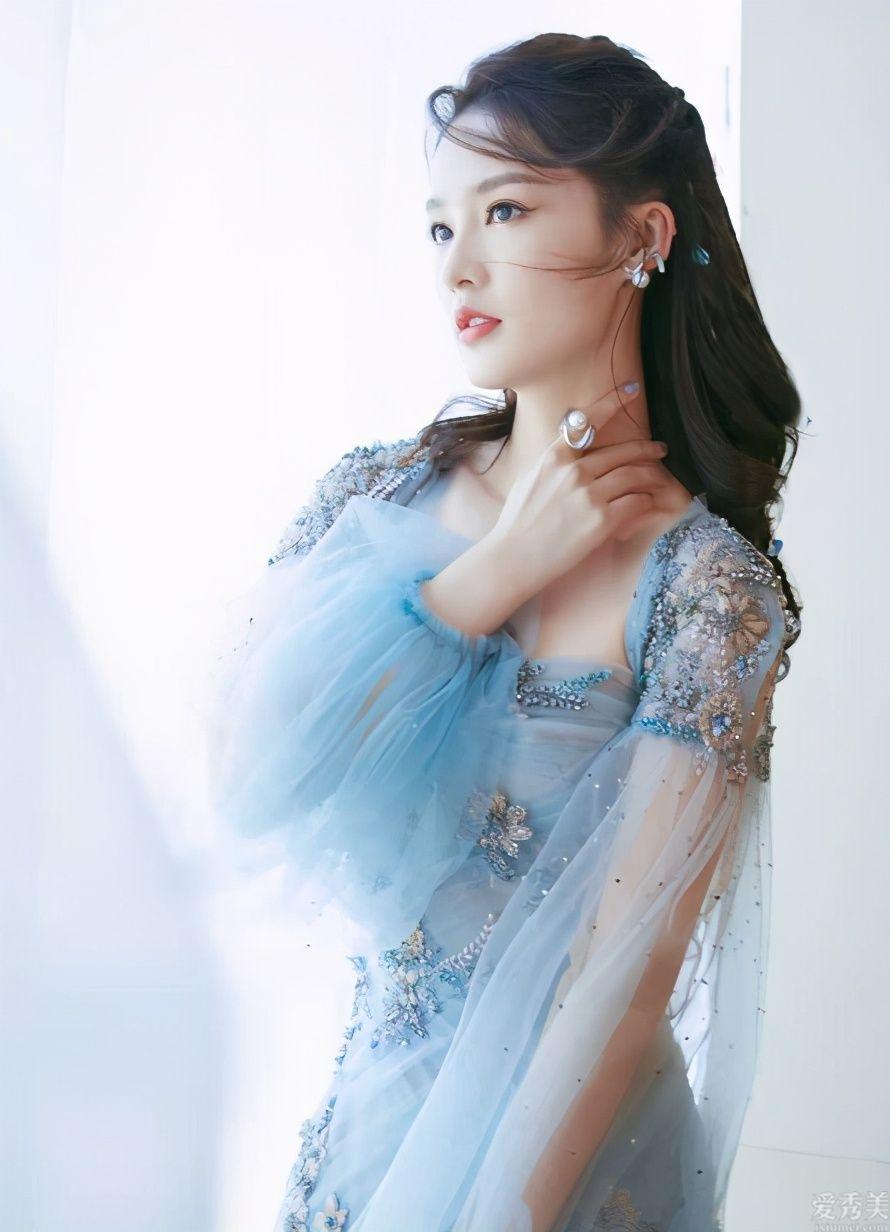 李沁珍珠貝發辮波浪卷發清雅,搭配美人魚公主眼妝畫法,魚身拖地長長袖連衣裙盡展魔鬼身材