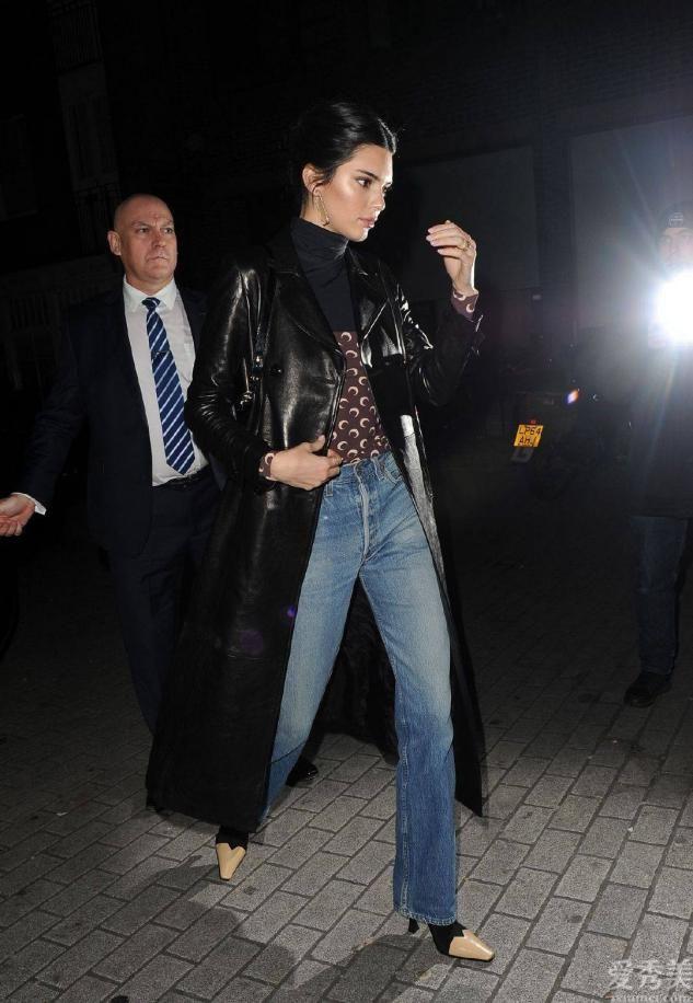 """怪不得女士都不穿白運動鞋瞭,時興穿""""抽煙靴"""",顯瘦還時尚潮流"""