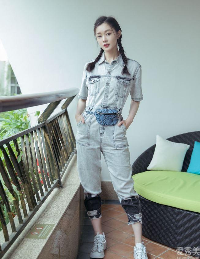 宋軼真會穿,藍灰色毛衣配吊帶褲清爽幽美,氣場太像鄰傢姐姐