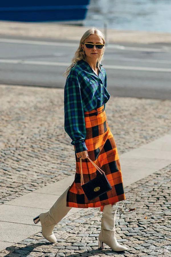 2020冬季爆紅一條裙子叫:格子裙,時尚潮流顯瘦,配長大衣穿就很美