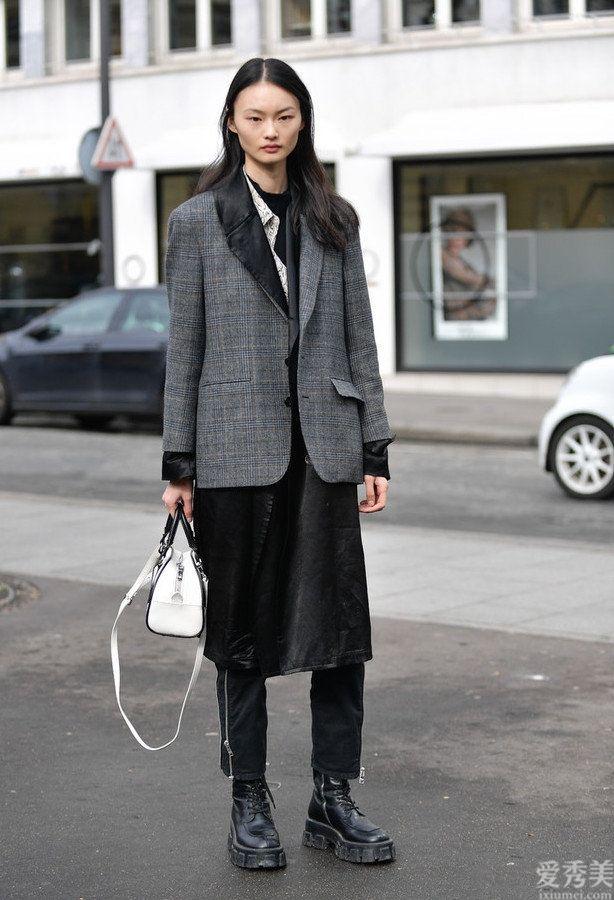 """怪不得女士都不穿白運動鞋瞭,時興穿""""戰鬥靴"""",舒適又顯高"""