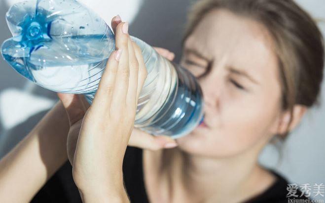 喝水愈多越好?錯,過多彌補,6大負面影響等著你!這6種具體表現要警覺