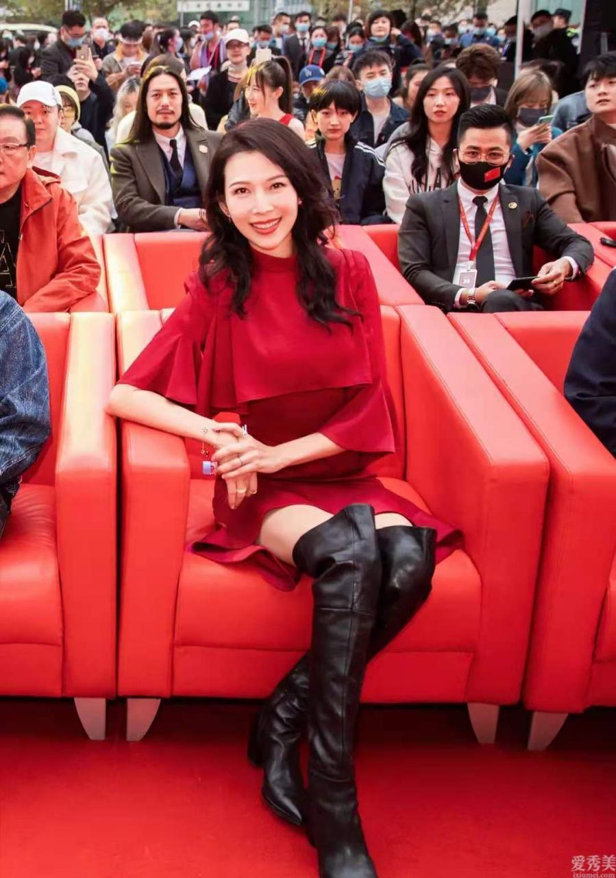 無須總穿女靴,學蔡少芬穿靴子配紅色裙子好看又顯高1米8氣場