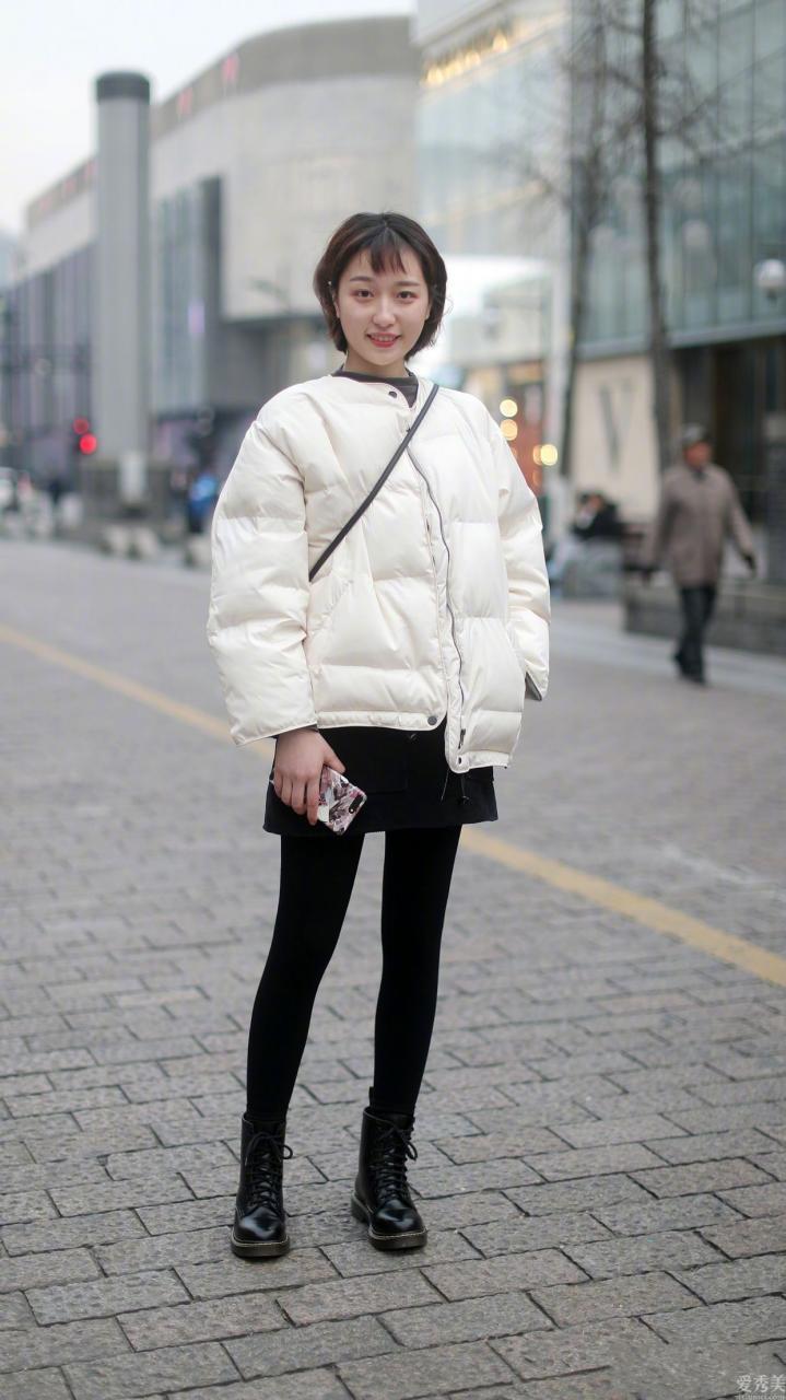"""最近流行一種""""搭配穿法"""",叫""""羽絨服+半裙"""",保暖顯瘦又時尚時尚潮流"""