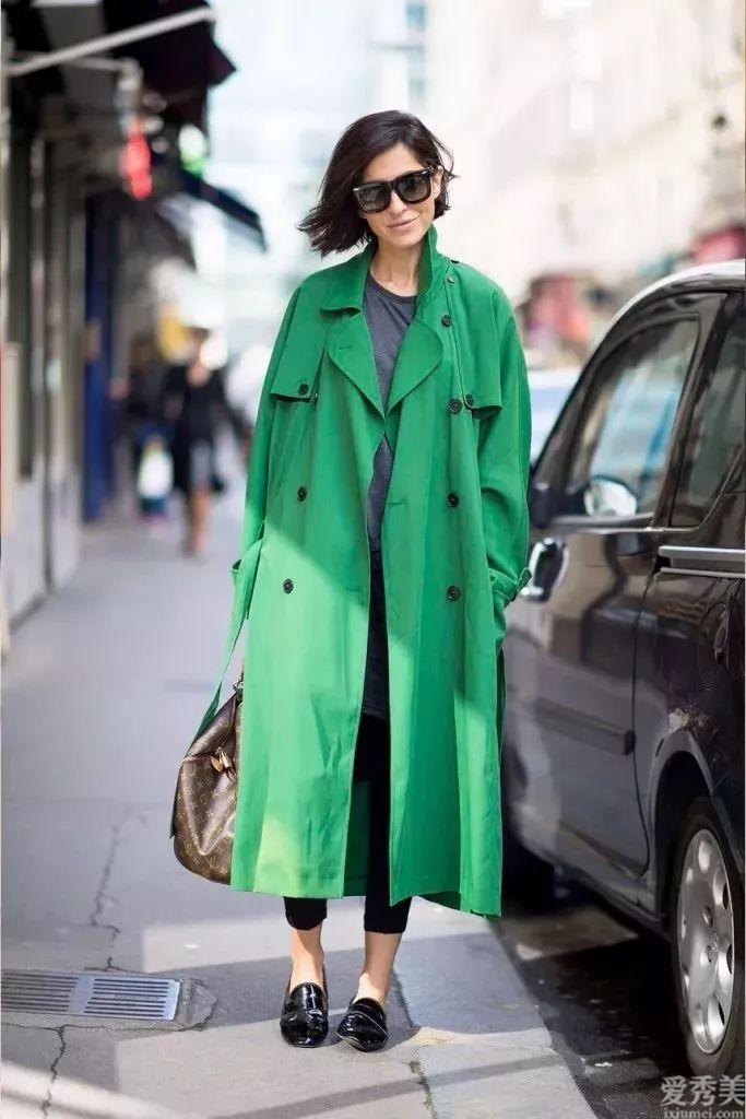 """今秋流行一種穿法,叫""""風衣+平跟鞋"""",高大上又顯高,網絡紅人都用情太深"""