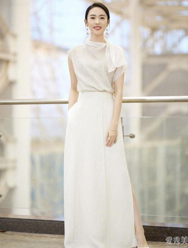 童瑤太適合走氣質高雅風,白上衣外套配高腰裙半身裙清雅優雅,氣場太震撼人心