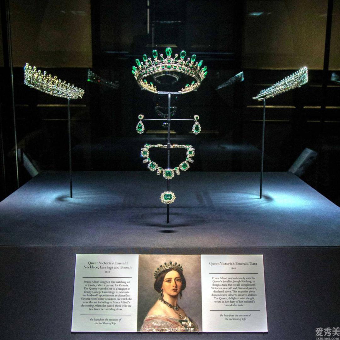 維秘女王的祖母綠休閑服,瓦塞爾公主的稀缺鉆石冠冕,誰更壕