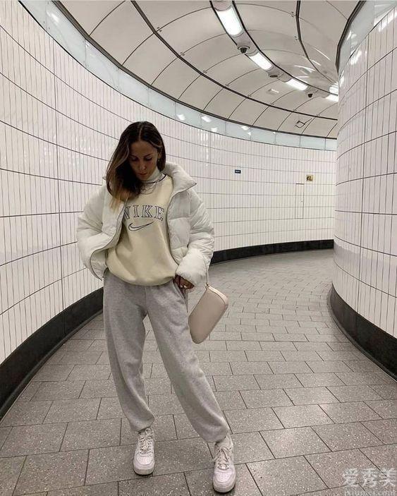 女士趕到中老年人,別要風采無須溫度,羽絨+小白鞋,舒適防凍保暖還潮流趨勢