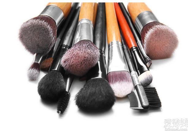 彩妝的狀況下不肯耗費好幾個小時的時間,那麼入校這類化妝小技巧吧