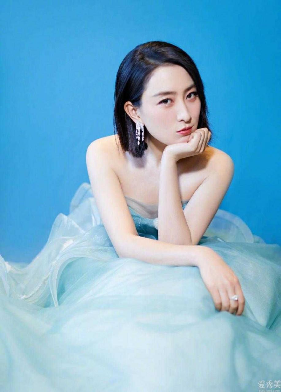 馬蘇做新做的發型,變摩卡波波頭配搭暗藍色抹胸連衣裙,清雅潮流趨勢又得體
