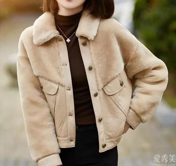 秋冬季穿搭,小個子女生穿怎樣顯氣質?外套搭燈籠褲,修養身心又顯高