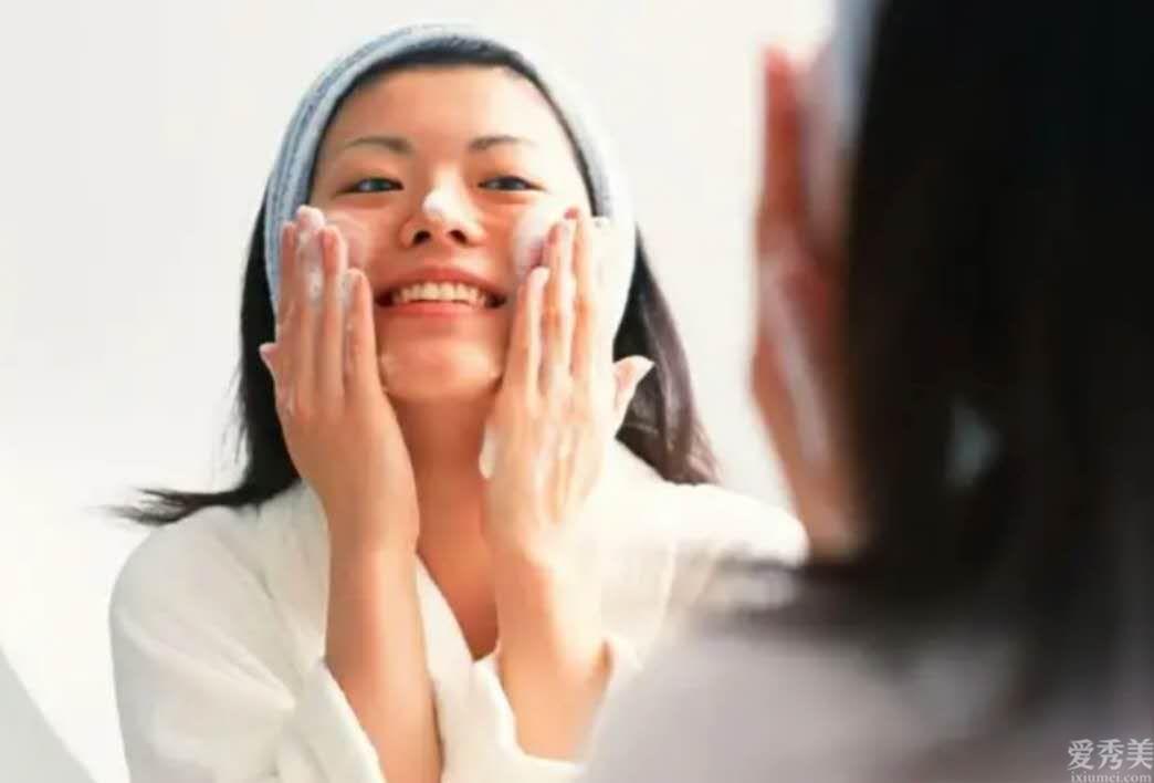 秋季護膚品護膚小知識:給肌膚補水一點都不容易很難,你沖著做就可以瞭