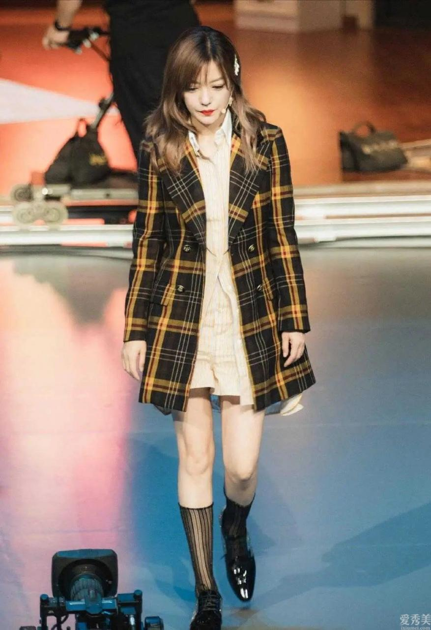 冬天總穿褲俗氣,學趙微就恰當瞭,這7款外套+長連衣裙清雅又高級