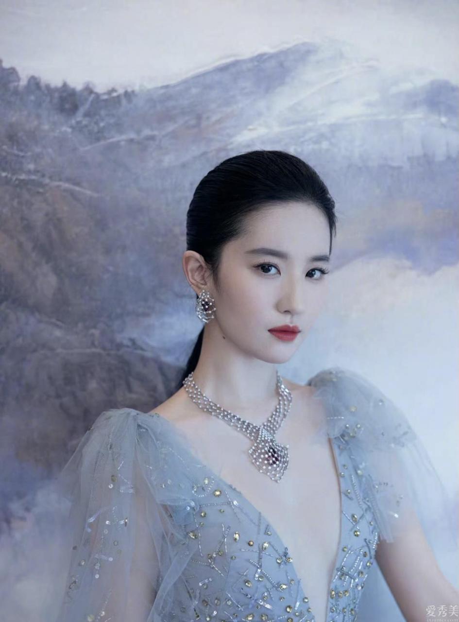 劉亦菲霧霾藍紗裙出席活動,佩戴近幹萬高端定制珠寶,小公舉終於經營啦