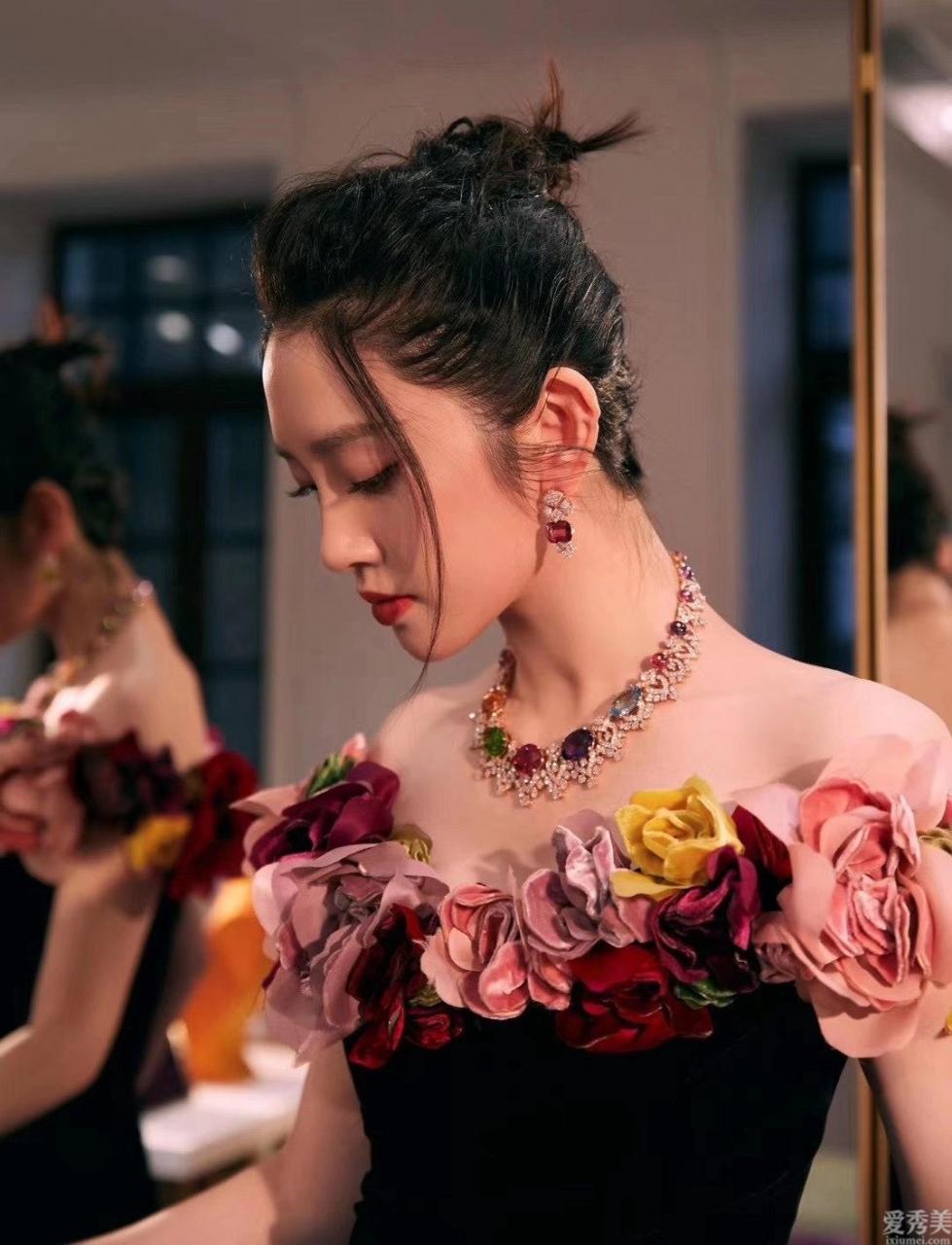 奢侈的珠寶首飾套鏈比頸鏈的質量更難,選石更嚴苛,變成最絢麗多彩的存有