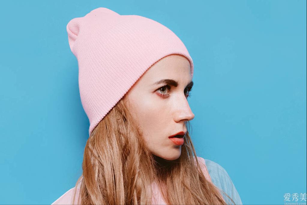 戴帽子怎樣保持發型?不貼頭發有小技巧,學會瞭幫你處理尷尬