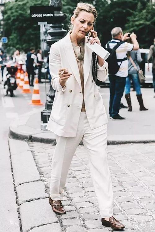 """小白鞋落伍瞭,如今時興的是""""樂福鞋"""",時尚潮流好搭,小個子也適合"""