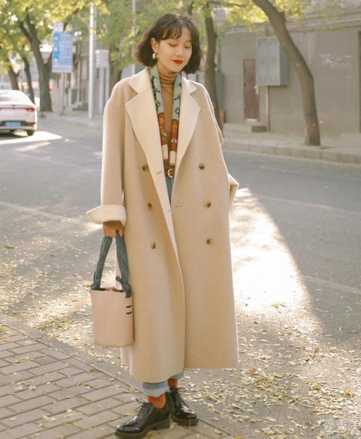 """近期爆火一種""""復古時尚暖色調""""穿衣搭配,漂亮高端大氣,冬季那麼穿就正確瞭"""