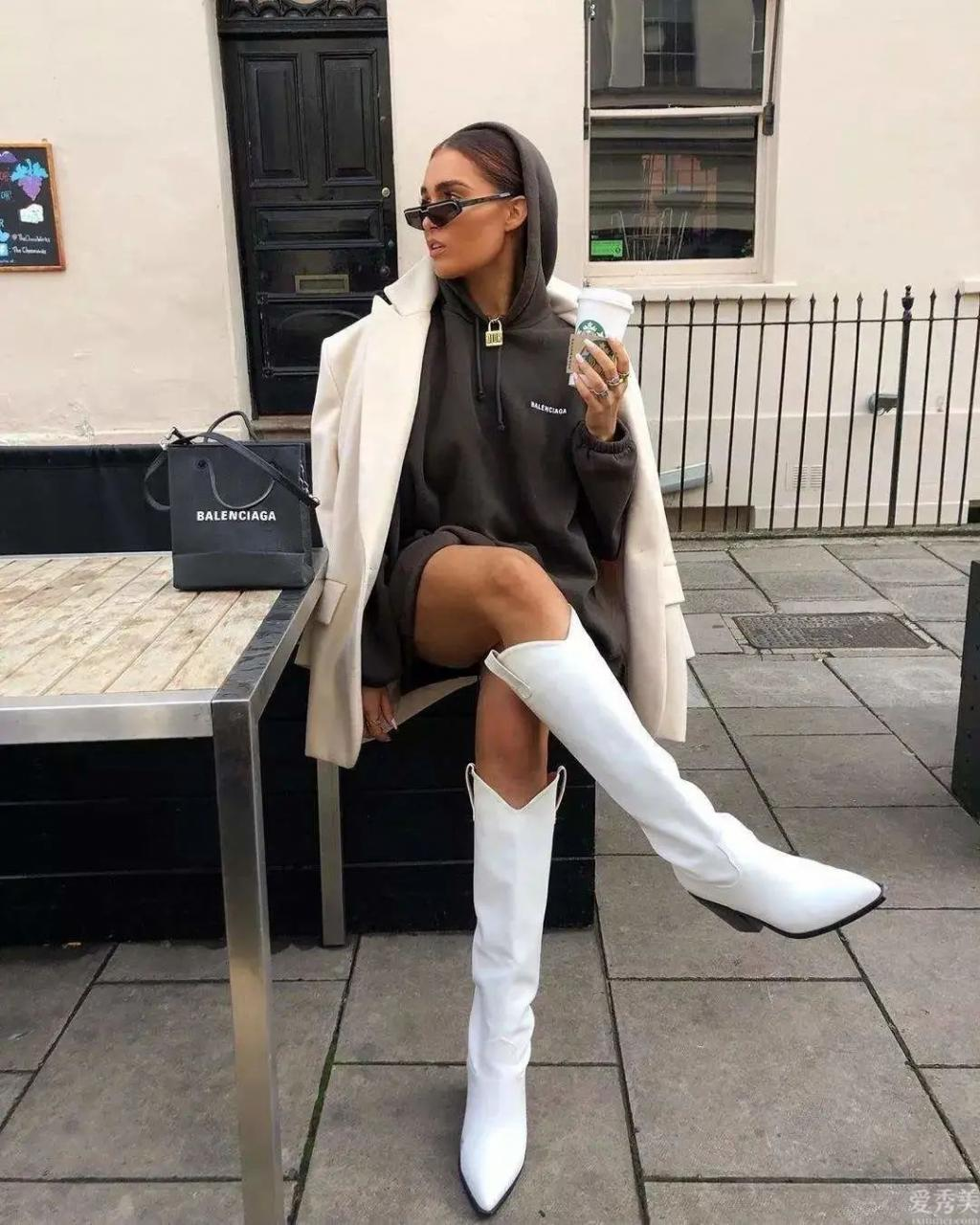 馬丁鞋打入冷宮瞭,冬天穿長大衣流行配這3對靴子,潮流趨勢還顯腿長