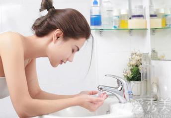 油性皮膚的女孩毛孔粗大,怎樣做才能夠收縮毛孔?教你一招洗臉法