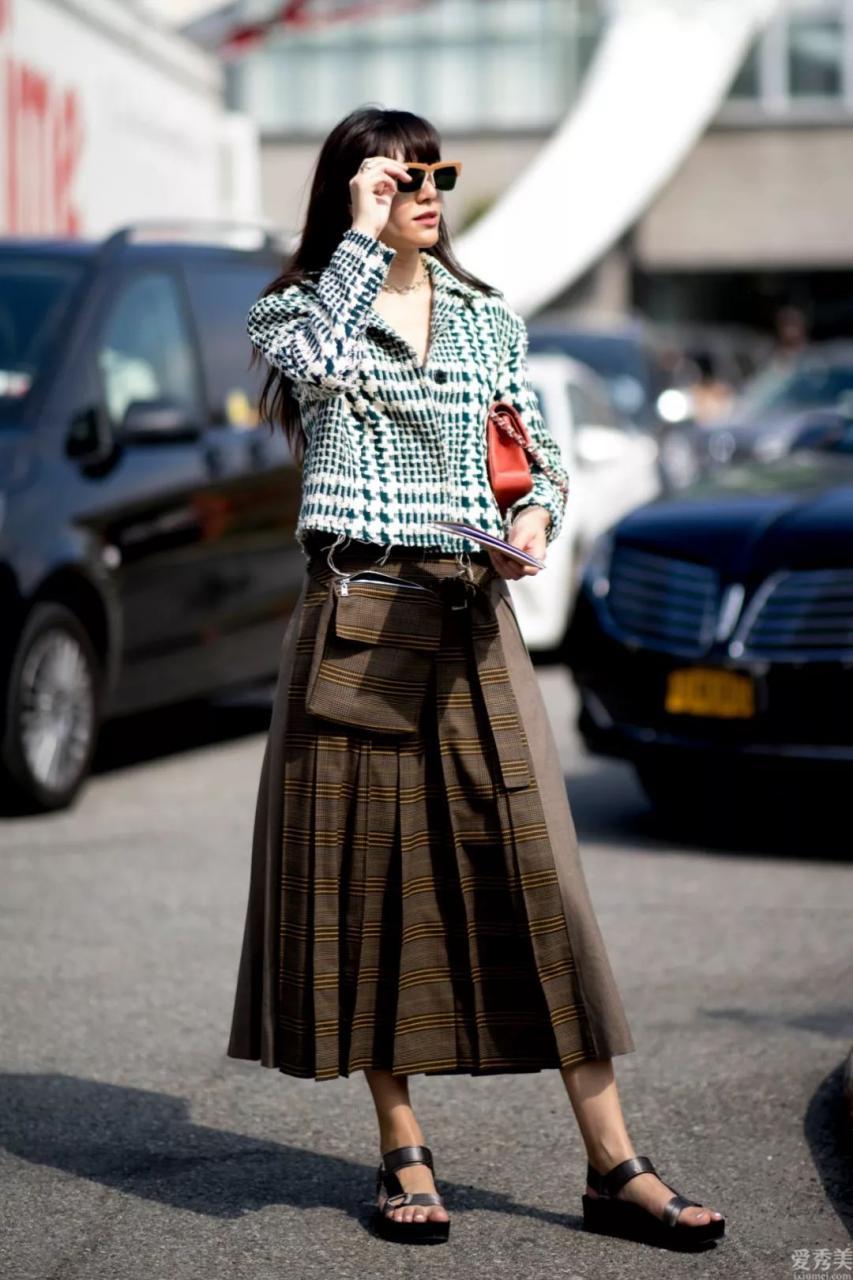冬天裡小個子女生女生怎樣穿顯高?一件小款大衣,顯瘦顯高還特潮流趨勢