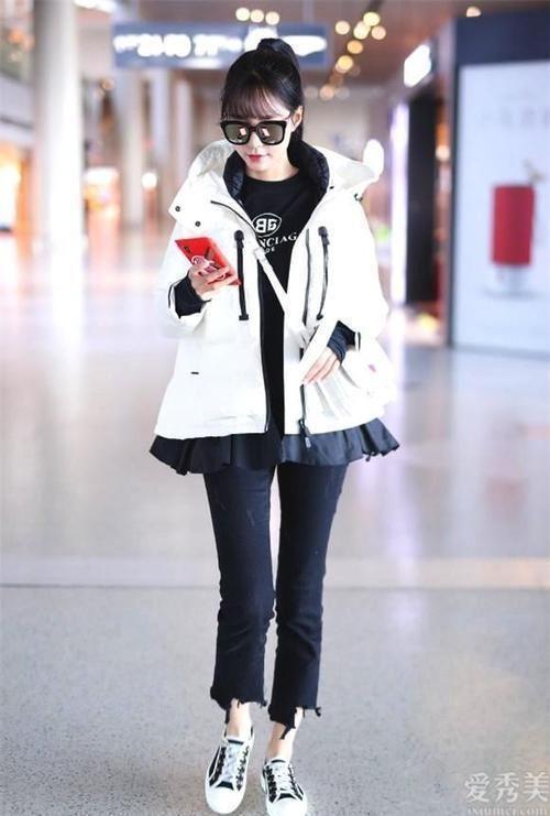 冬天別總穿黑色,還是白色最襯膚,那般穿解決冬天穿著打扮的庸俗難點
