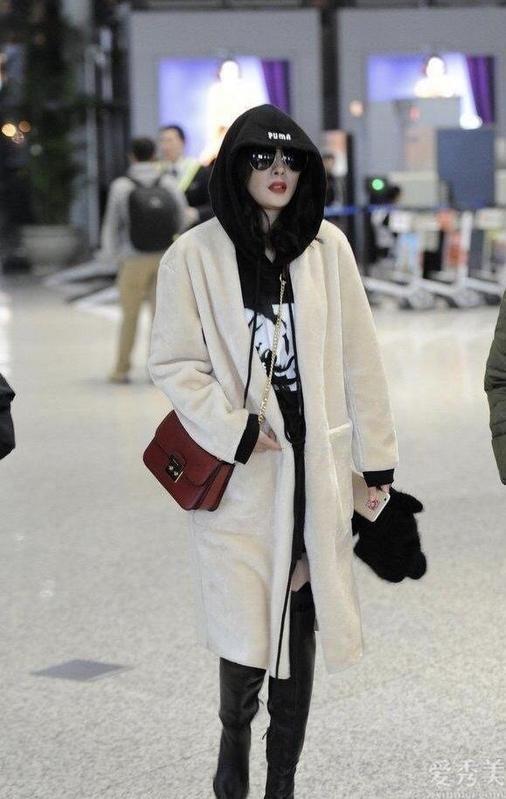 童蕾私下衣著打扮很美!穿毛絨大衣優雅又清雅,搭燕麥色圍巾好有氣質
