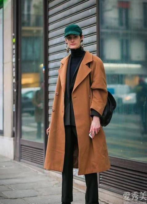 """貝雷帽早已打入冷宮瞭,2020年最紅的""""遮陽帽""""是它,搭配大衣大衣獨有范"""