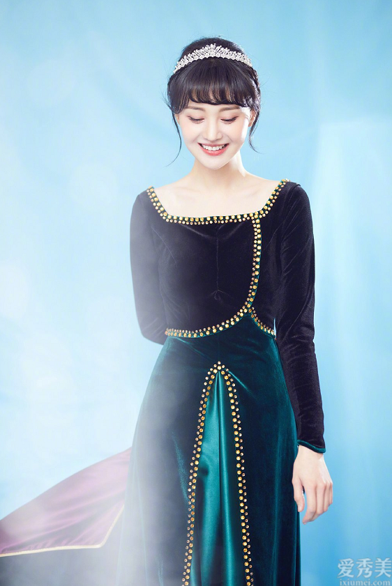 鄭爽全新造型設計公佈,粉色紗裙裹胸黑色長裙各自演譯現代感,雅致又貴族氣質