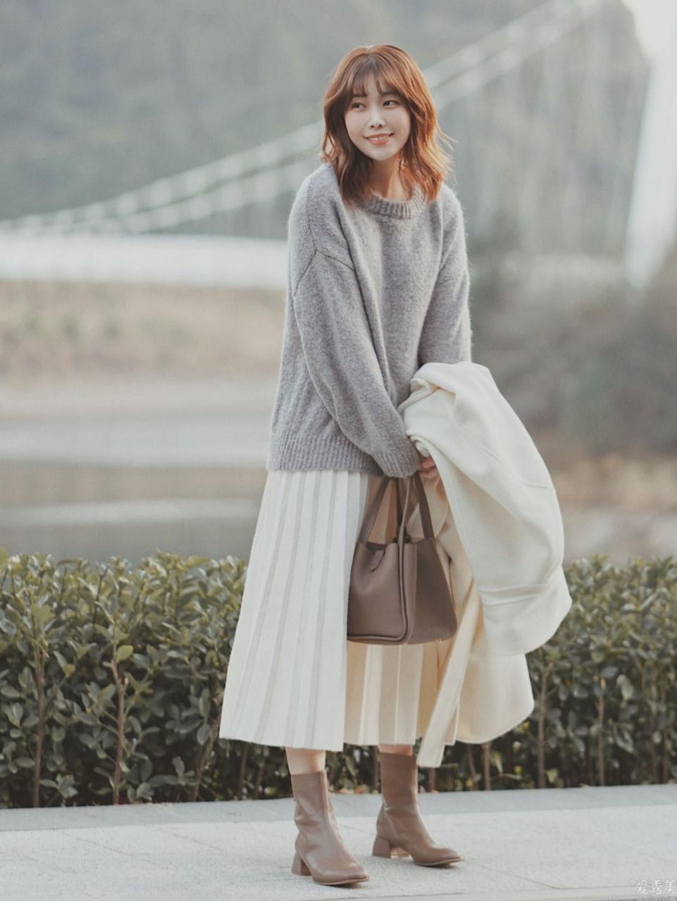 2021年流行一種穿搭,叫雲朵毛衣+膝下裙,成熟的女人那麼穿好雅致
