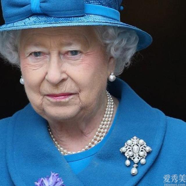 奢侈的英國皇室胸針,是女王的最喜歡,樣式簡易卻搭配出雅致貴氣感