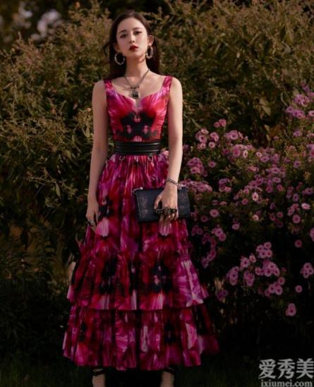 古力娜紮氣場絕瞭,紮染裙也可以穿得那麼漂亮,用褲帶勒出小蠻腰