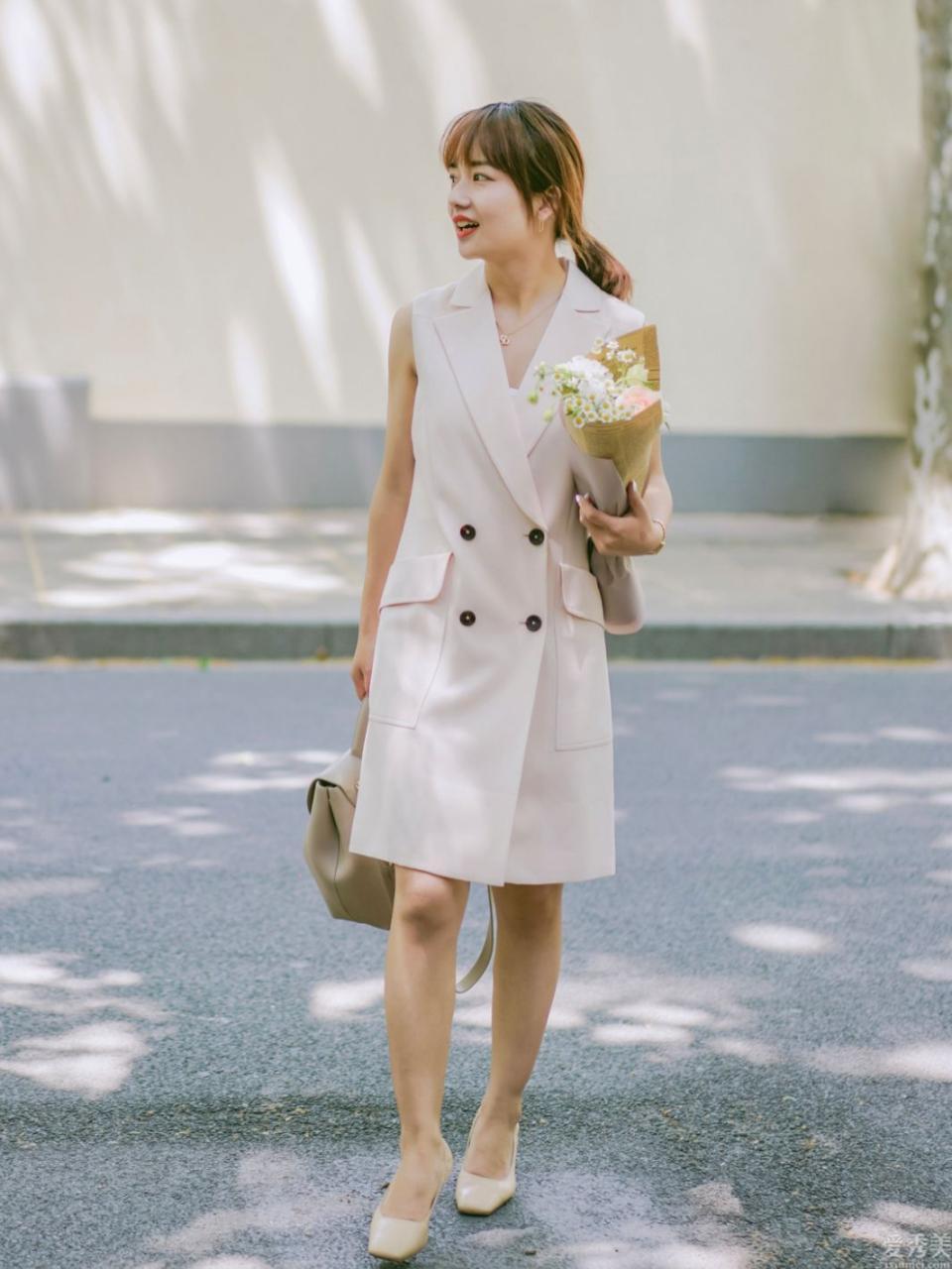 夏季,連衣裙如何穿更強看?學這名小個子時尚博主的穿法,顯高有氣質